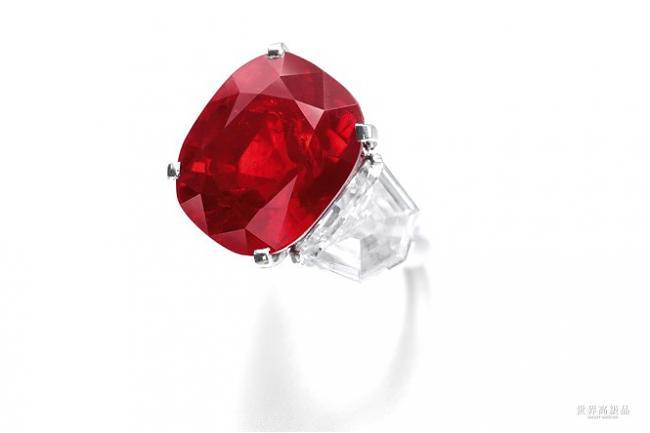此宝石之切割比例及形状皆均匀理想,经光线内部反射,宝石艳光更显璀璨