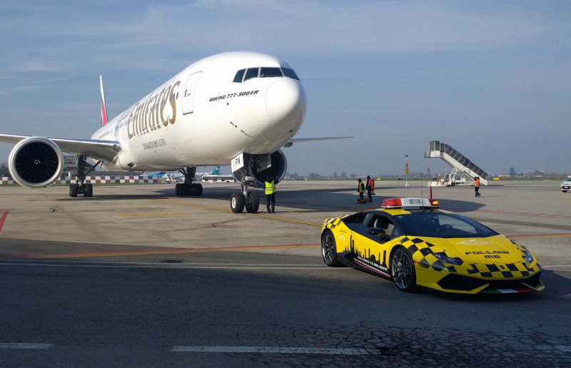 Follow Me! Lamborghini在机场迎接你