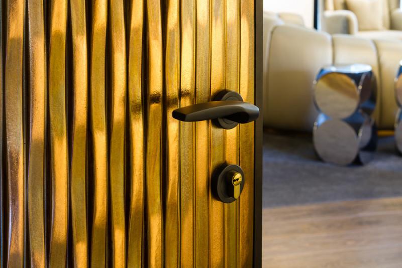 全方位的住家守护者!湖波铜雕全自动智慧门