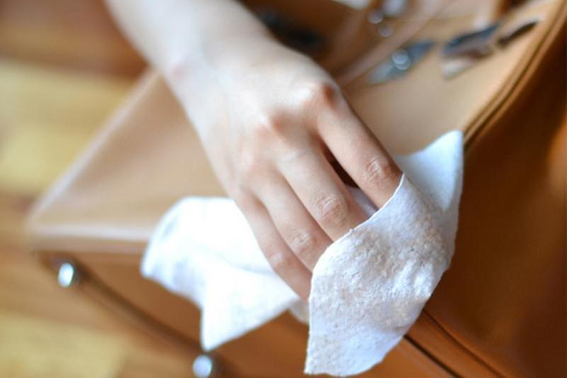 皮革上出現一層白色粉末,是發霉了嗎?
