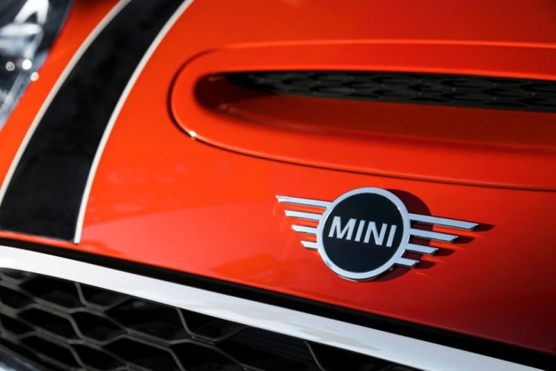 MINI掀背車款改款 新廠徽首度上身